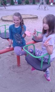 Zuzia i Ola lubią się kręcić :)